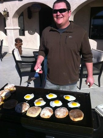 The Inn at Croad Vineyards : Homemade breakfast on the patio