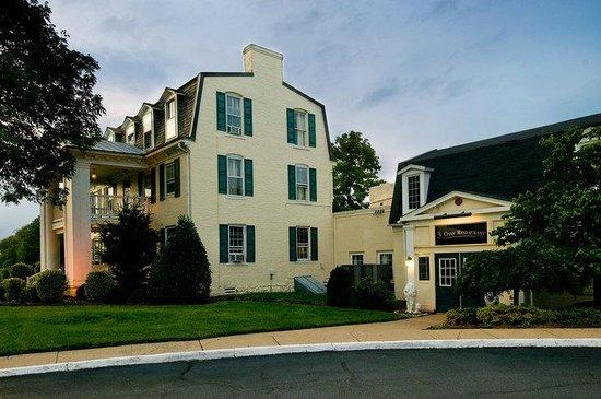 Clarion Inn Historic Leesburg: Outside of the 3 Oaks Restaurant