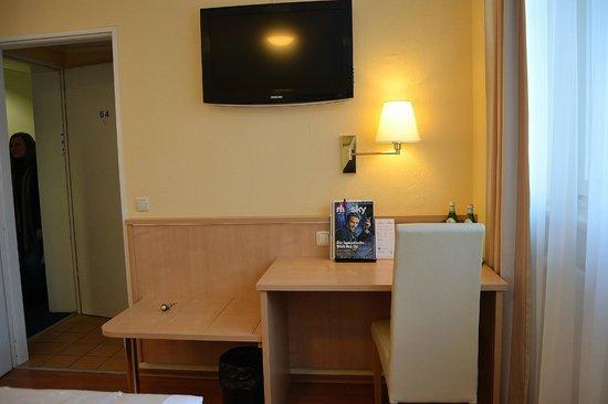 Hotel Royal: Habitación 64. Escritorio y entrada.