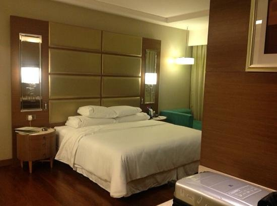 The Westin Chennai Velachery: big room n bed!
