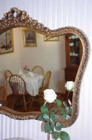 Astoria Retreat Bed and Breakfast: Breakfast table reflection in the mirror