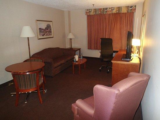 Holiday Inn Express & Suites Regina : Suite sitting area