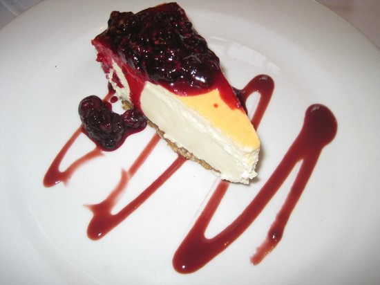Green Goose Cafe Bistro: Vanilla Cheesecake with berries and coulis