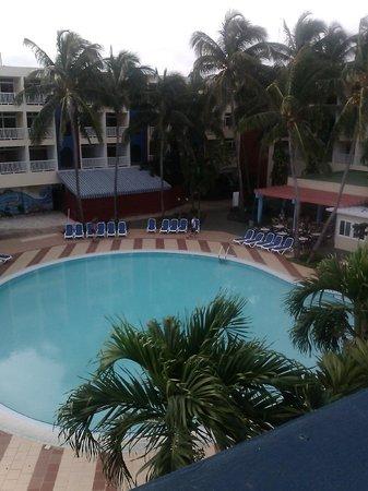 Hotel Club Tropical: Hotelpool mit Poolbar