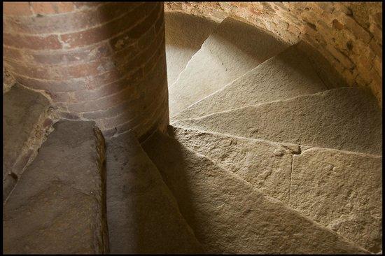 Agriturismo Castello di Bagnolo : gradini in pietra di lucerna
