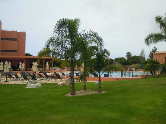 Pestana Vila Sol, Vilamoura: Pool Area...... It was a cloudy morning.