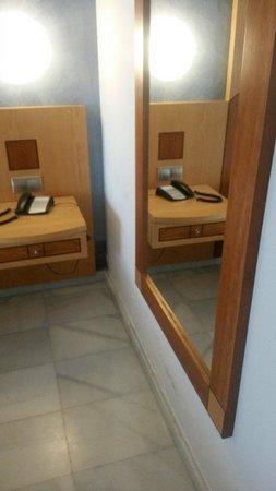 Hotel R2 Pajara Beach Hotel & Spa : Humedades frescas en la habitación!!