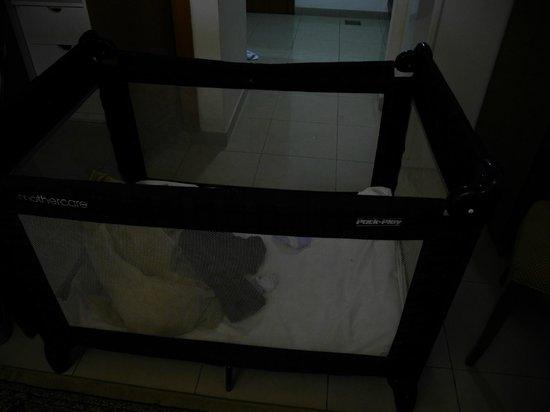 Rose Garden Hotel Apartments - Bur Dubai: Super dirty baby cot