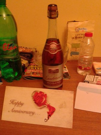 Sunny Coast Resort & Spa: Card and wine congratulating our a anniversary