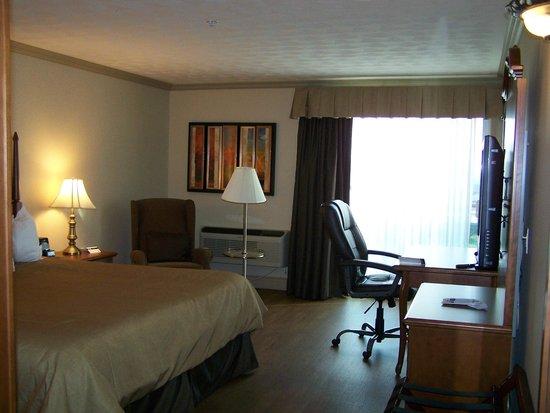 Best Western Plus Edmundston Hotel : Fauteuil confortable, bureau de travail, T.V. LCD