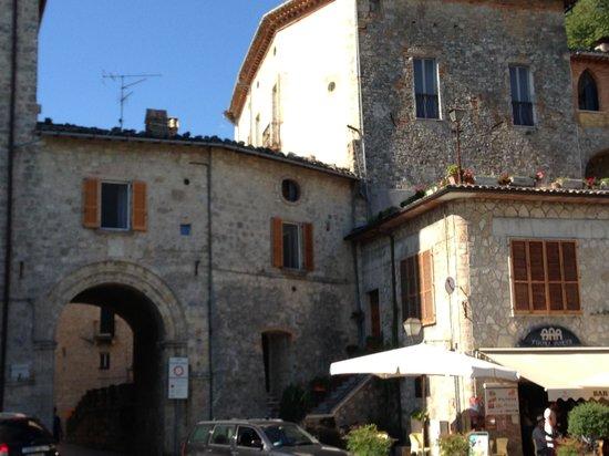 Hotel & Ristorante Zunica 1880: Ingresso al centro storico di Civitella del Tronto