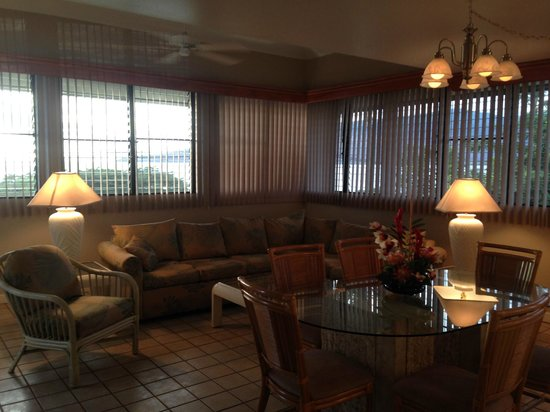 Maui Beach Vacation Club: living room