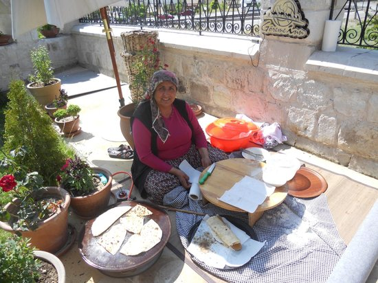 Goreme Inn Hotel : Hatije cooking on the terrace