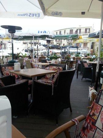 Hafen von Kyrenia (Girne): bar che costeggia il porto
