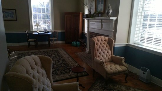 Hale Springs Inn : Hale room: seating area with TV.