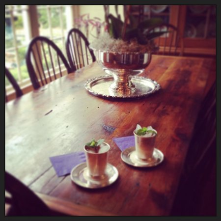 Historic Oak Hill Inn: Delicious mint juleps