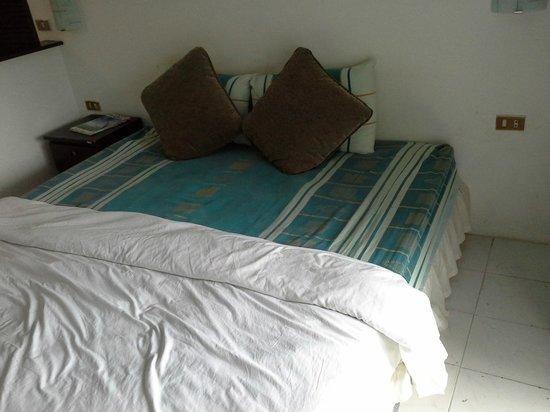 กะรน คลิฟ คอนเทมโพรารี่ บูติค บังกะโล: Bed in first room