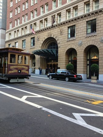Omni San Francisco Hotel : Cable car going by