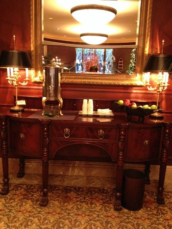 Omni San Francisco Hotel : Warm cider and apples in the lobby