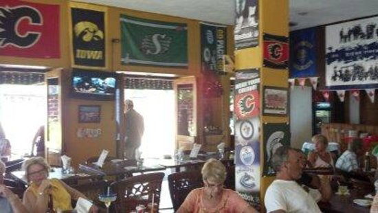 The General's Sports Bar & Restaurant : Inside