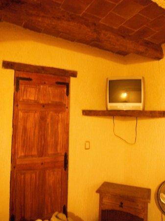 Hotel Jardin : Tv y puerta del baño