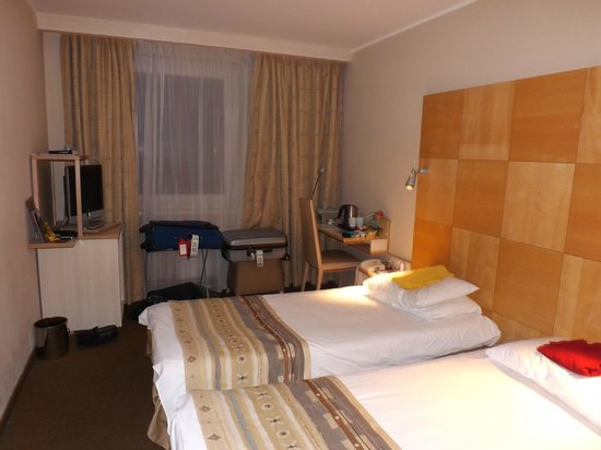 Mercure Budapest Korona Hotel: Our twin-bedded room