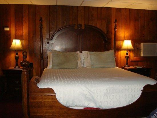 Tudor Inn Gatlinburg : The bed in our room.