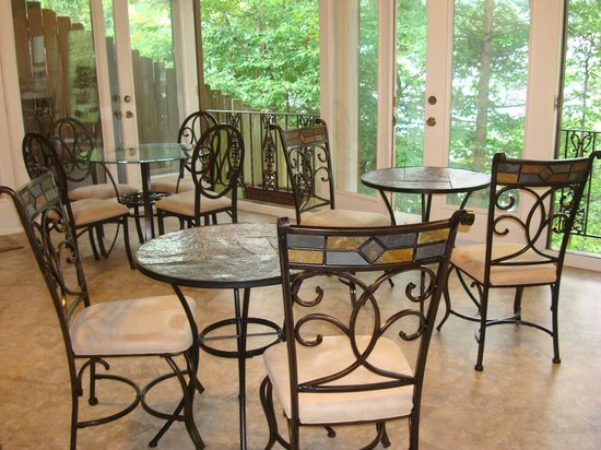 Tudor Inn Gatlinburg : Sun Room where breakfast is served.