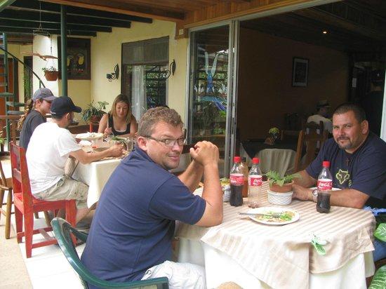 Hotel Jardines de Monteverde: con nuestros clientes en la terraza