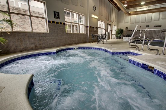 Hampton Inn and Suites Chicago / Aurora: Huge Hot Tub