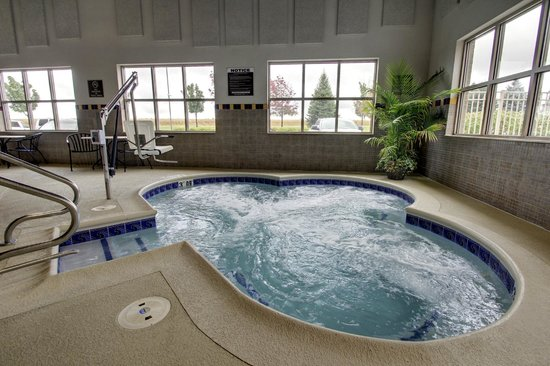 Hampton Inn and Suites Chicago / Aurora: Hot Tub with ADA Pool Lift