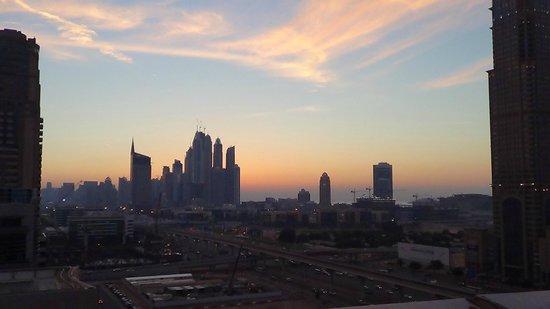 Auris Metro Central Hotel Apartments: View from the pool area towards Dubai Marina