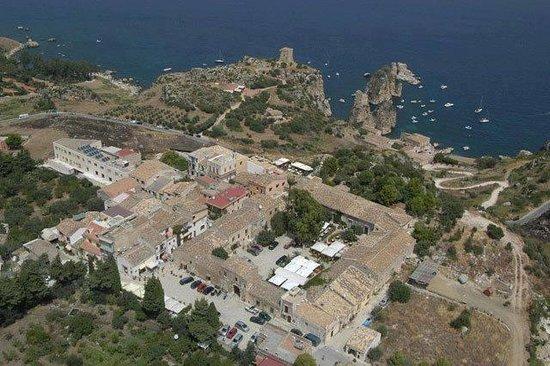 Scopello, อิตาลี: il baglio, il borgo marinaro, i faraglioni con la tonnara e la torre di guardia