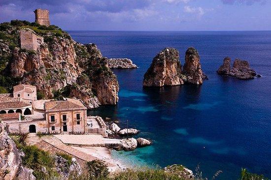 Scopello, Italia: tonnara e faraglioni