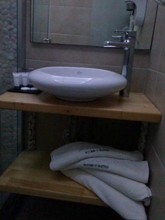 Rena's Rooms & Suites : precioso y completo baño