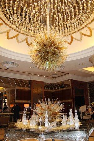 Lotte Hotel Moscow: люстра в холле
