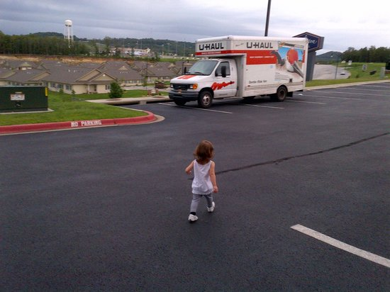 Hampton Inn Branson - Branson Hills : kiddo walking to our uhaul! safe parking. :)