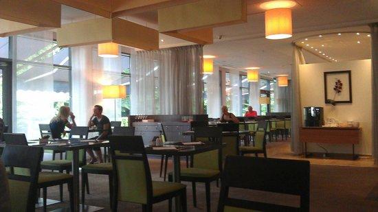 Novotel Poznan Malta : Breakfast area / restaurant