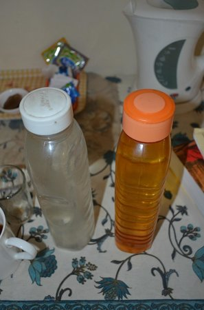Devi Niketan Heritage Hotel: Oil bottle used for your water in the room - filthy