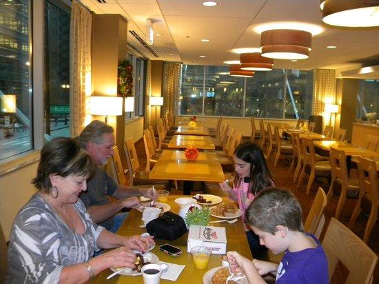 La Quinta Inn & Suites Chicago Downtown: Breakfast was great!