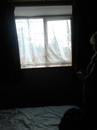 Allesley Hotel : Curtains not fitting and filthy