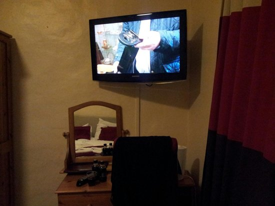 The White Hart Hotel: tv,dressing table and coffee station.