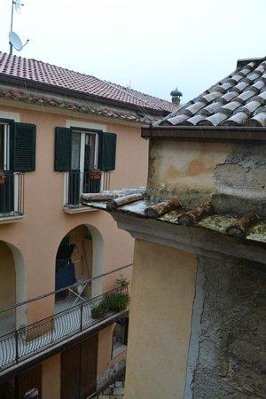 B&B La Terrazza del Poeta: Vista dalla finestra di una delle due camere