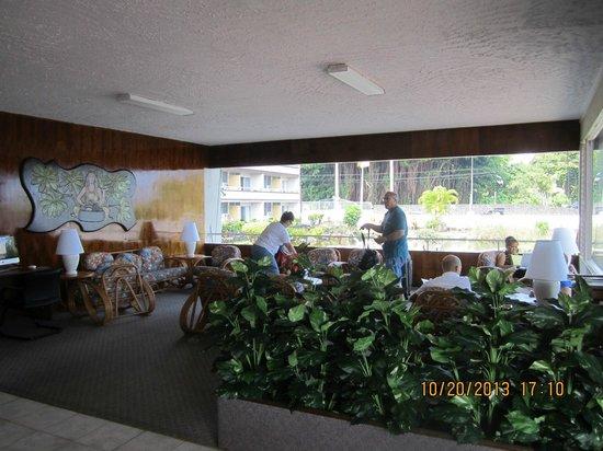 Hilo Seaside Hotel : One side of lobby