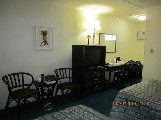 Hilo Seaside Hotel : Opposite Beds