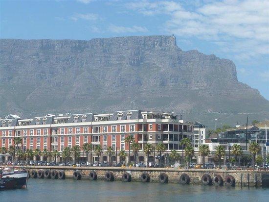 เคปเกรส: The Cape Grace in front of Table Mountain