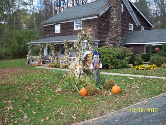 Cave Mountain Motel: Front in the autum