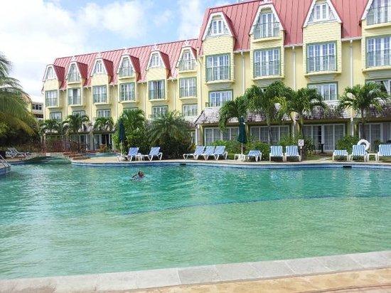 Coco Palm Resort: vue piscine + façade