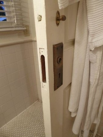 Lahaina Inn: No door fitting