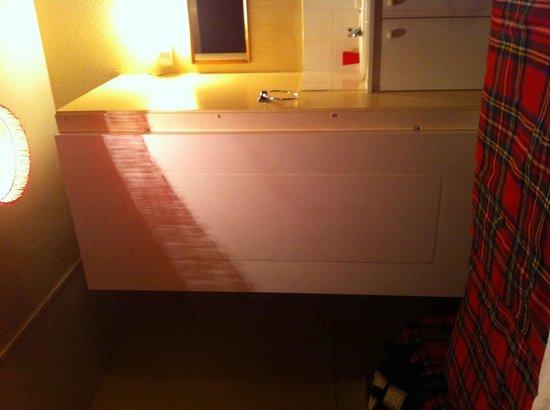 Windsor House Hotel: Doccia letto e lavandino in 5 6 metri quagrati